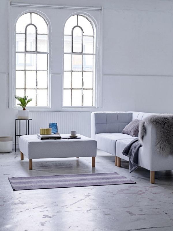 lysegrå sofa